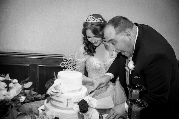 Orlando Real Wedding - Orlando Perfect Wedding Guide - bride and groom cutting cake