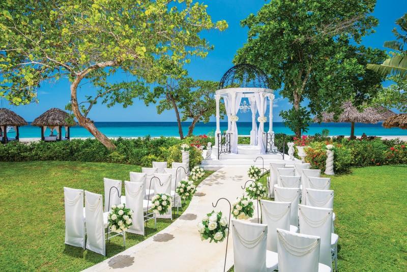 planning-a-destination-wedding-ceremony-sandals-resorts